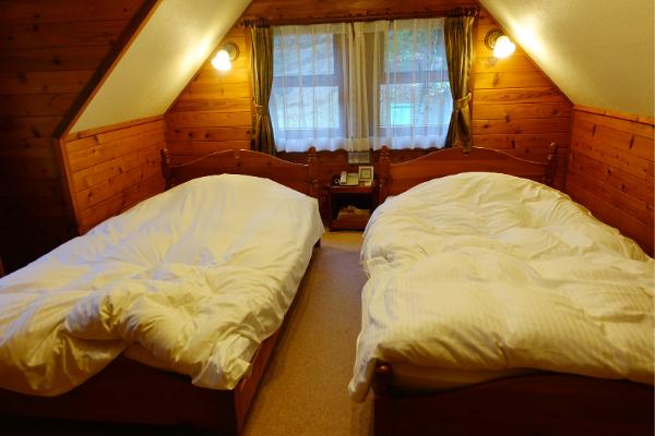 青山ガーデンリゾートローザブランカ コテージ2階寝室